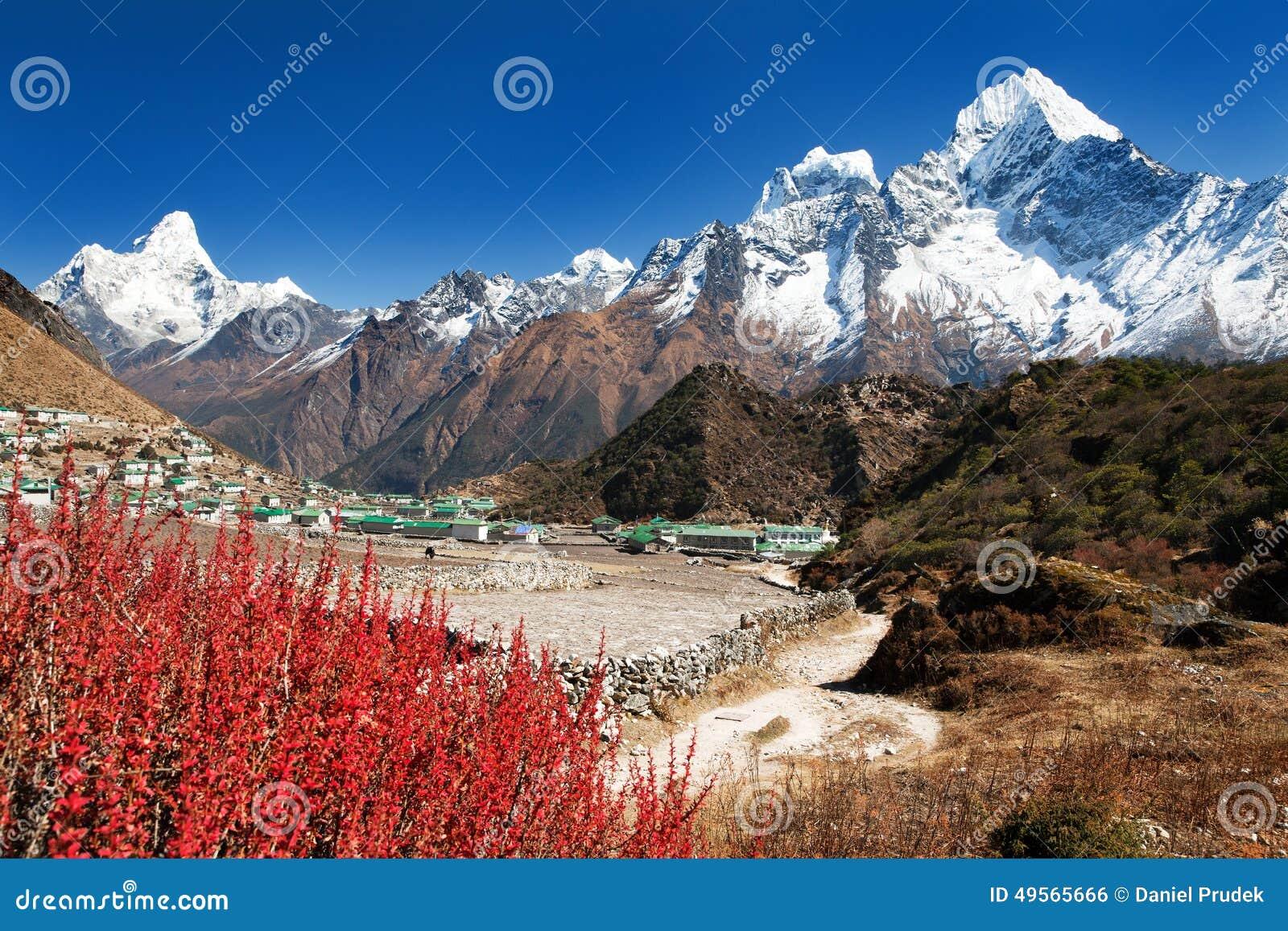 Pueblo de Khumjung e Himalaya hermoso