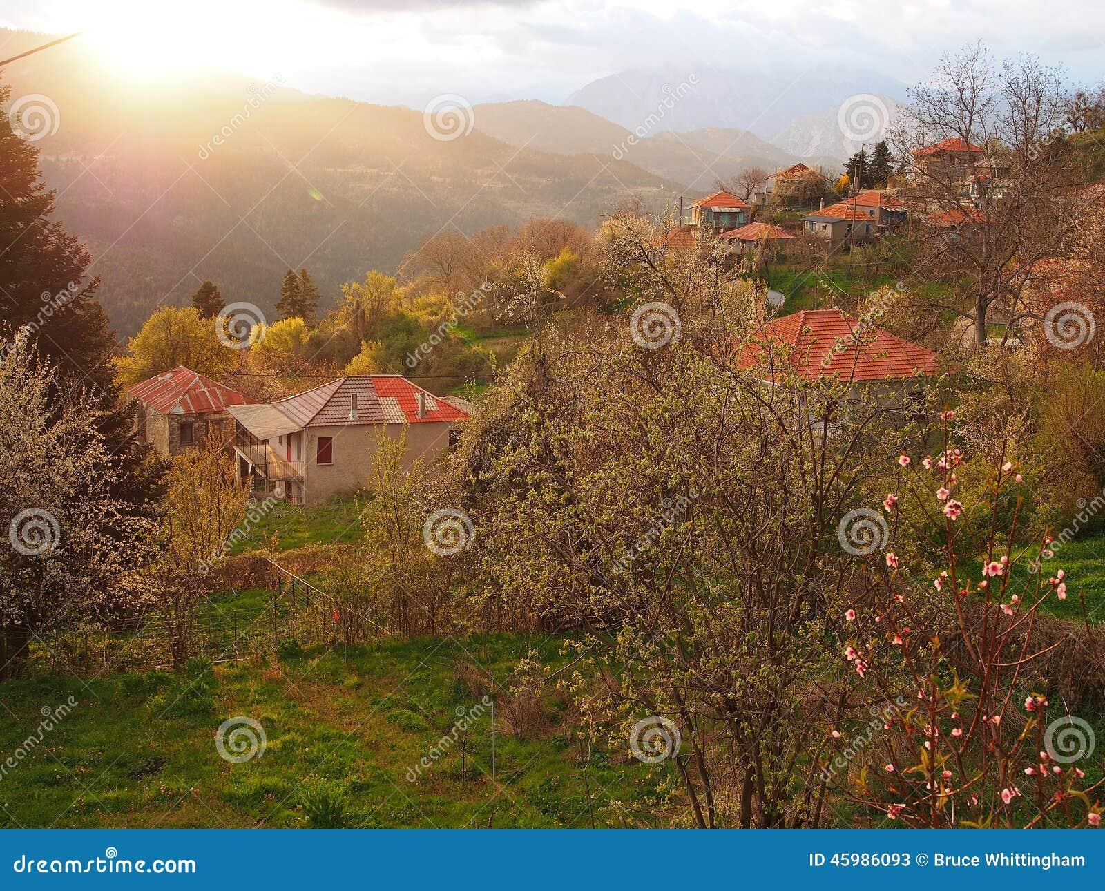 Pueblo de montaña griego, luz de la tormenta