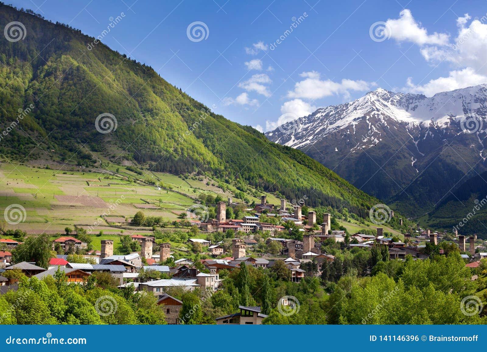 Pueblo de Ushguli en Georgia, región de Svaneti, torres antiguas en las altas montañas caucásicas de una colina verde, picos de m