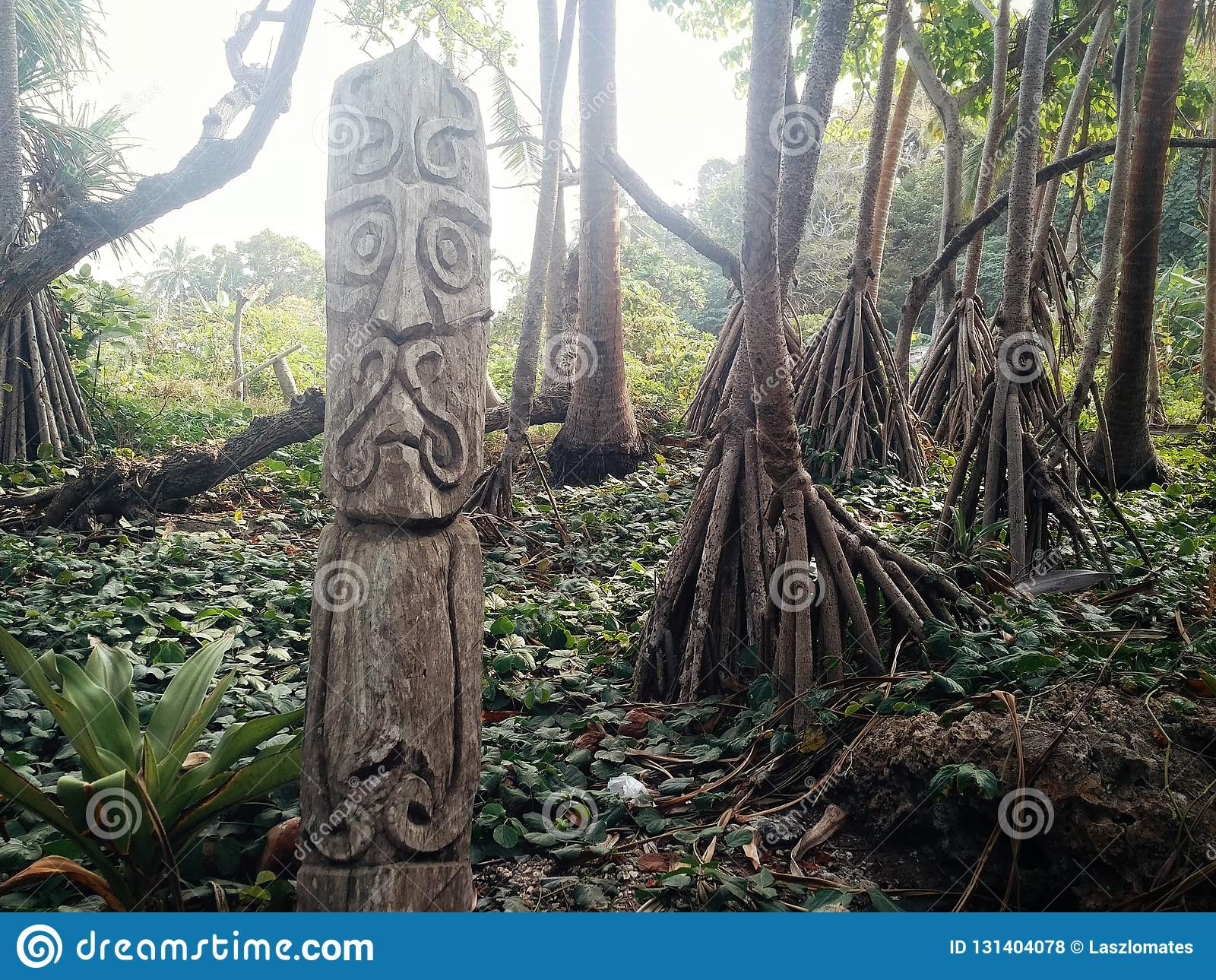 Pueblo de Walarano, isla de Malekula/Vanuatu - 9 DE JULIO DE 2016: estatua de madera tallada del tótem como señal de peligro apen