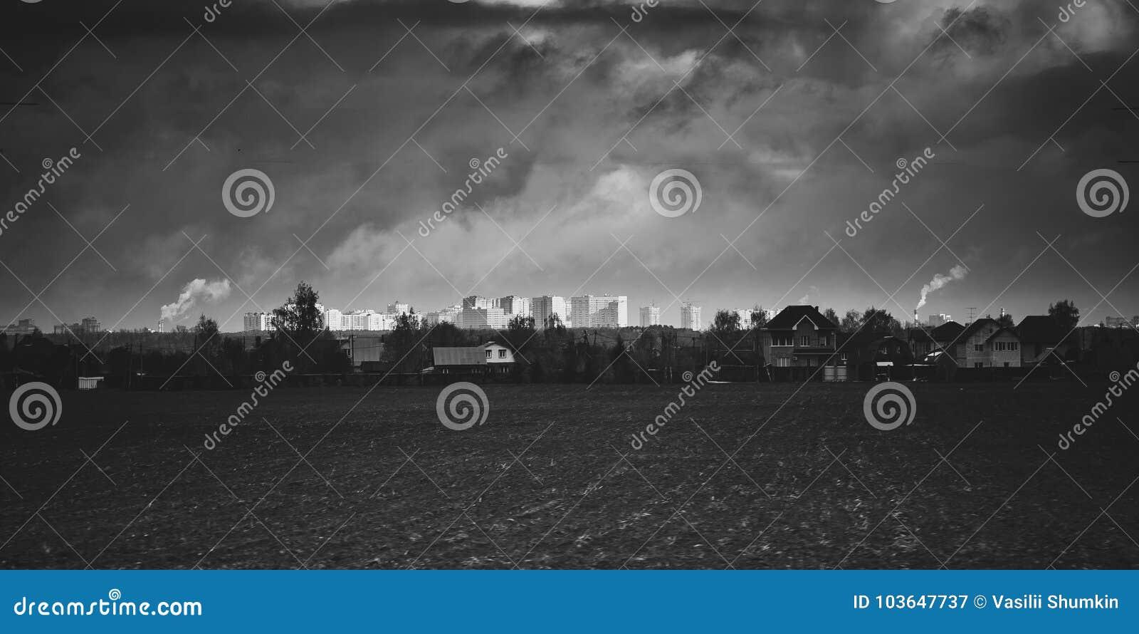 Pueblo delante de una ciudad