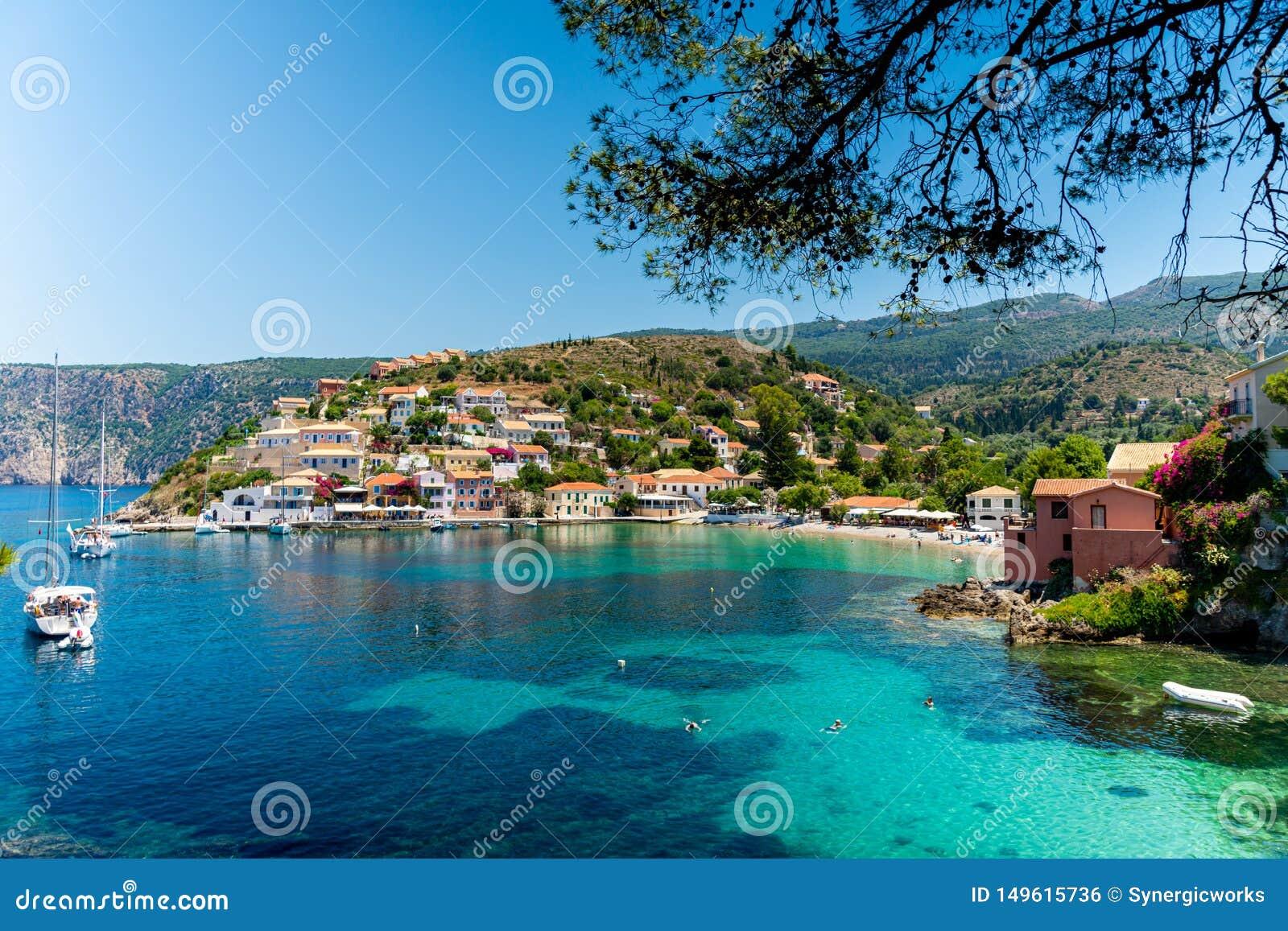 Pueblo hermoso y pintoresco de Assos, Kefalonia, Grecia