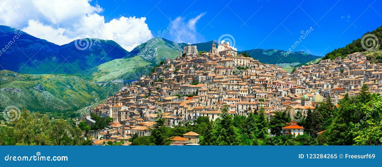 Pueblo impresionante de Morano Calabro, Calabria, Italia