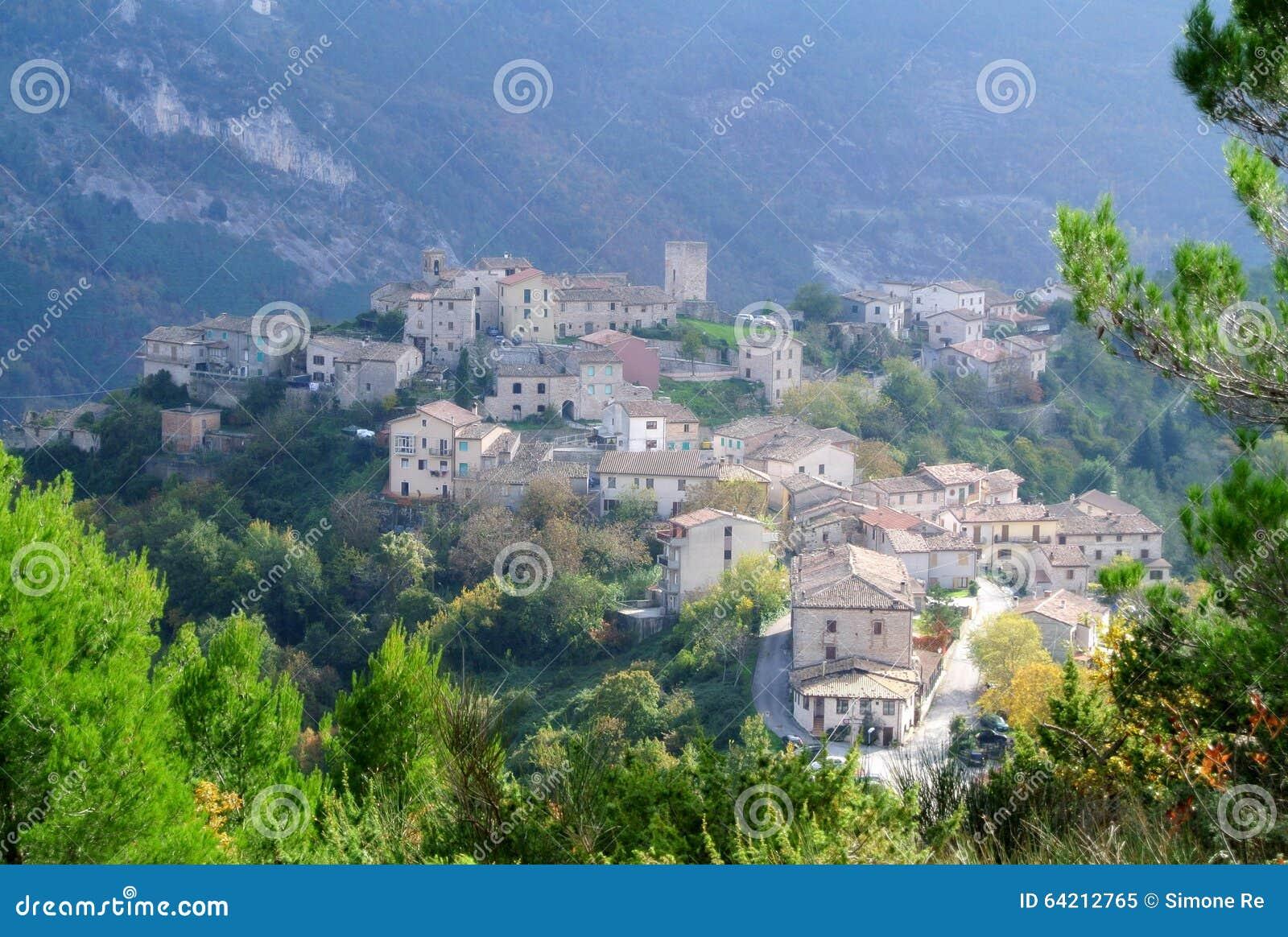 Pueblo italiano en la montaña