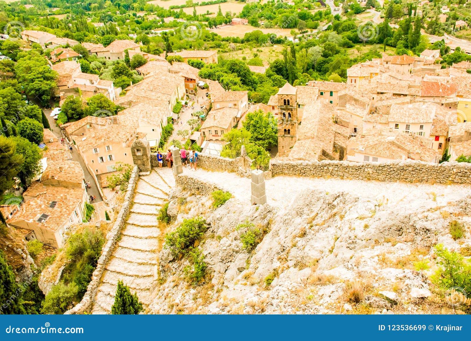 Pueblo medieval antiguo Moustiers Sainte Marie, Provence, Verdo