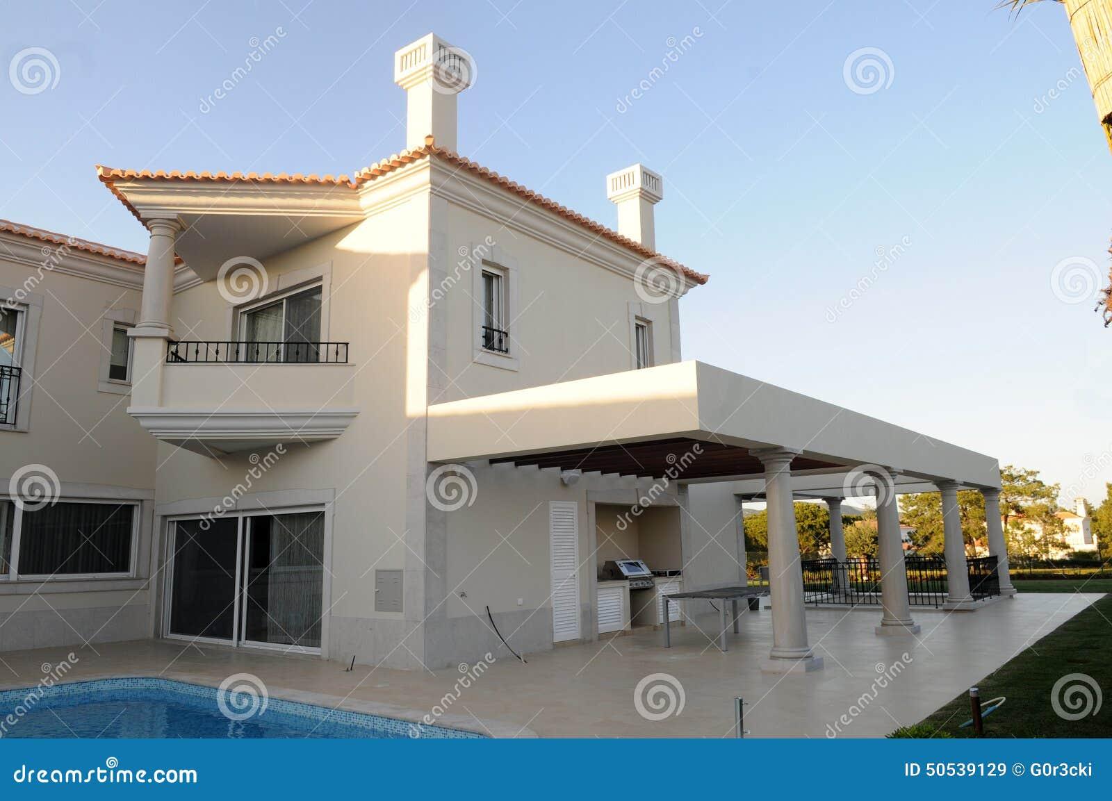 Pueblo moderno con el patio y la piscina de la parrilla for Parrilla para la casa