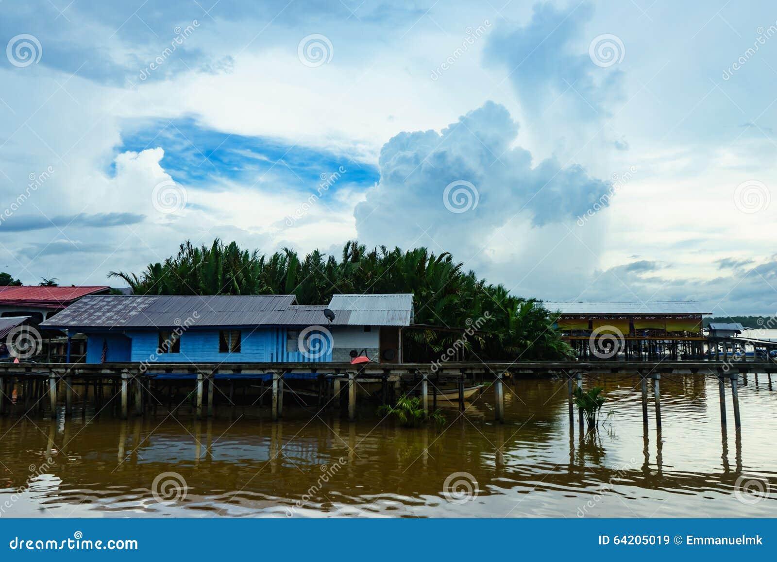 Pueblo pesquero y cielo nublado