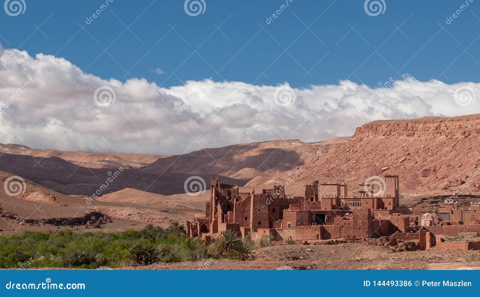 Pueblo viejo de Kasbah en el desierto de Marruecos