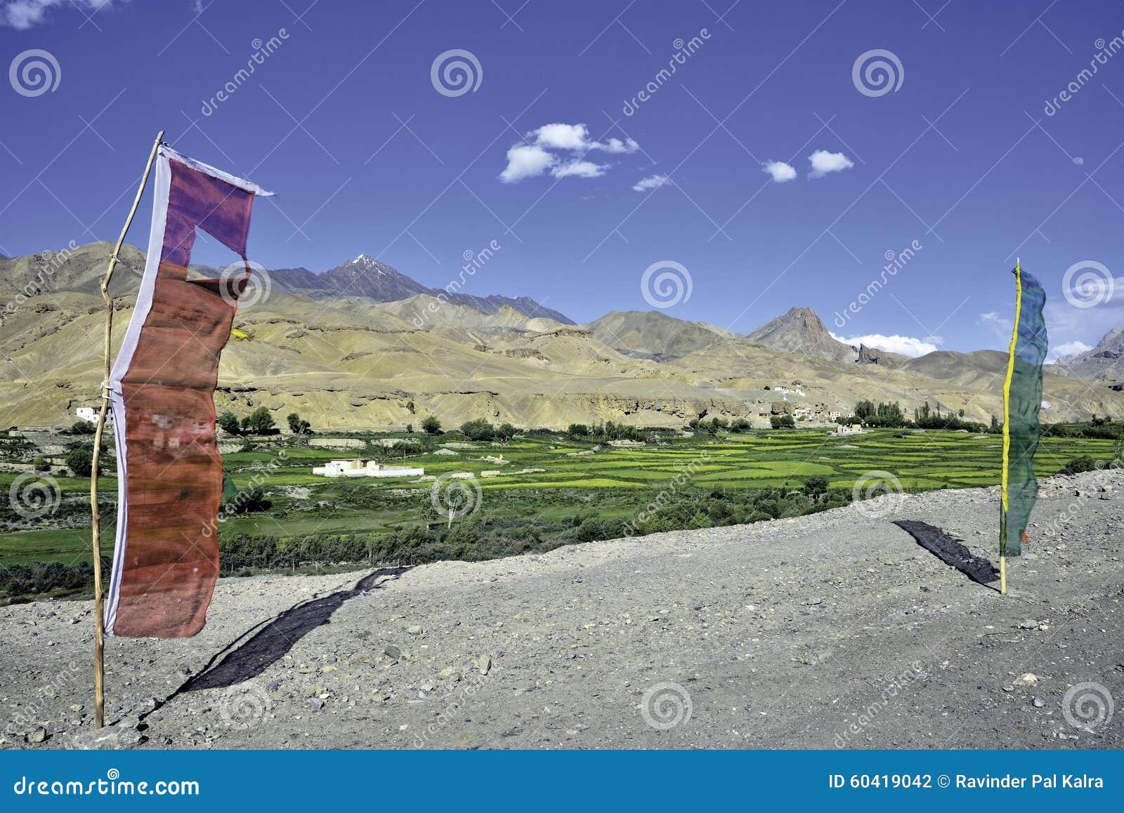 Pueblo y banderas de Bodhkharbu en el borde de la carretera en el camino de Srinagar-Leh
