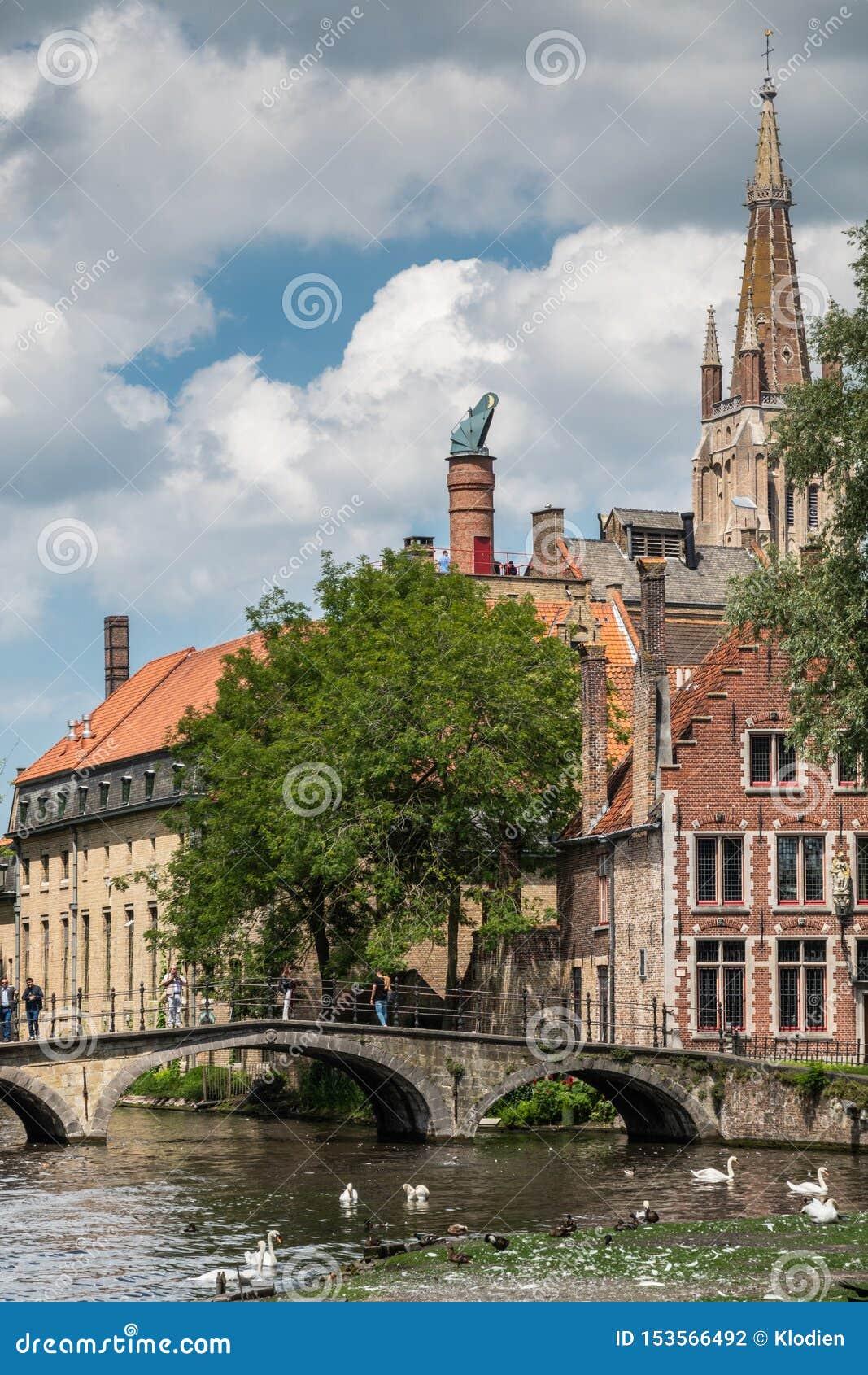 Puente a Beguinage con la torre de iglesia en Brujas, Flandes, Bélgica