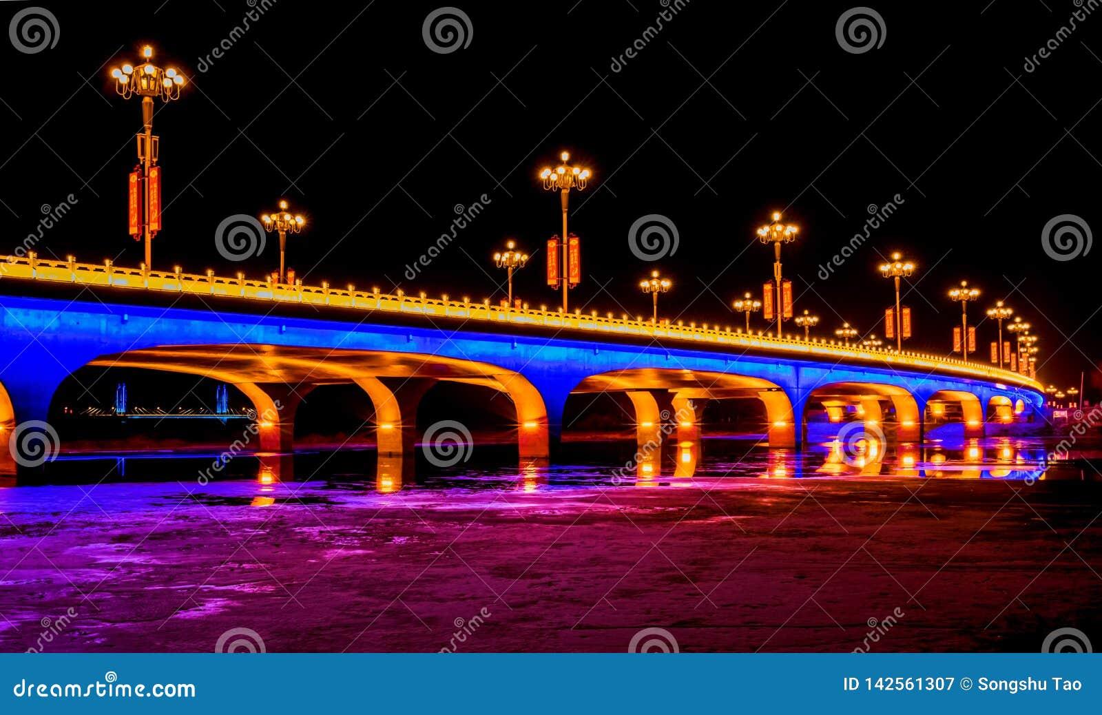 Puente brillantemente encendido en la noche