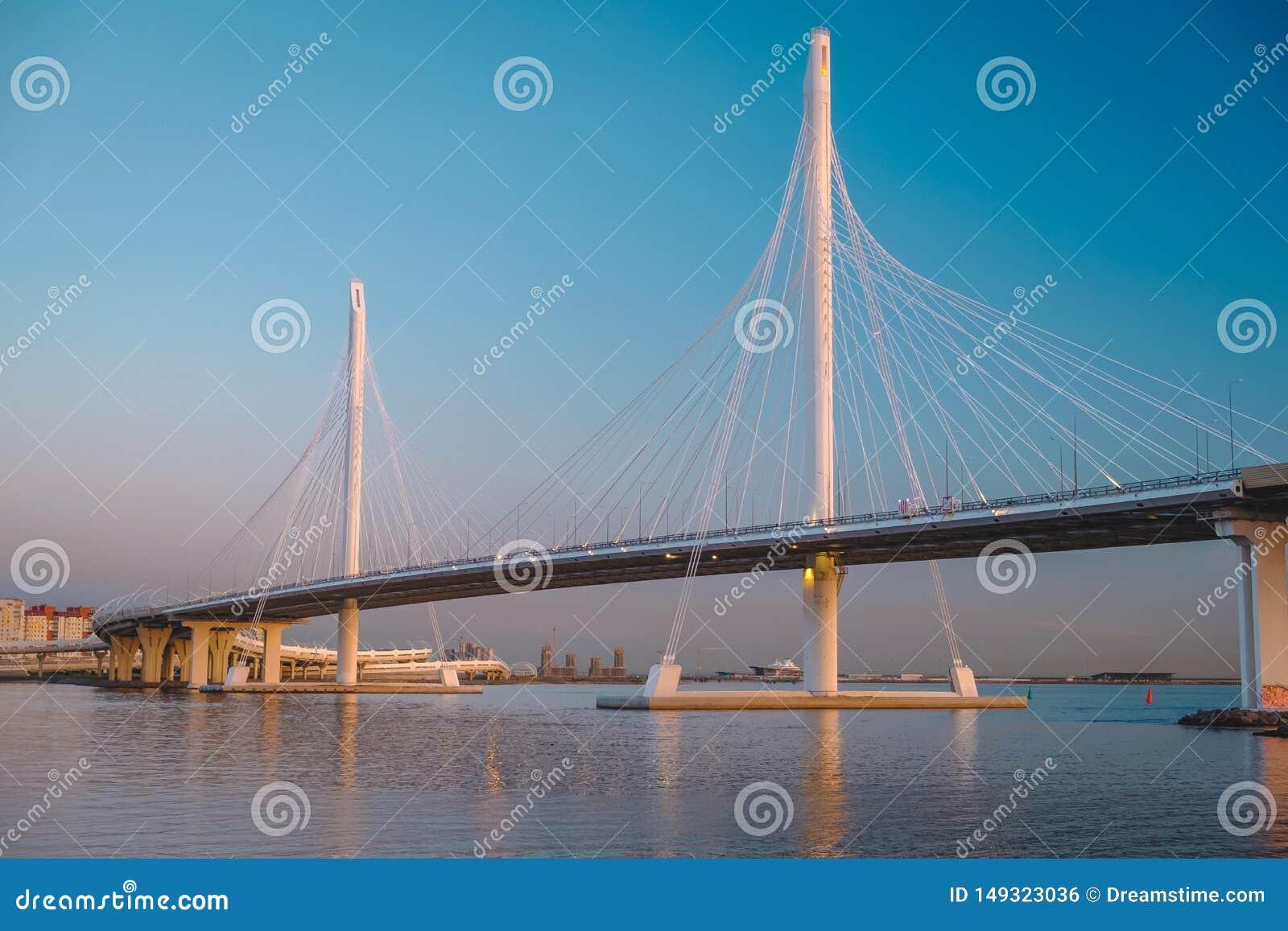 Puente Cable-permanecido a trav?s del espacio abierto de la nave, St Petersburg, Rusia