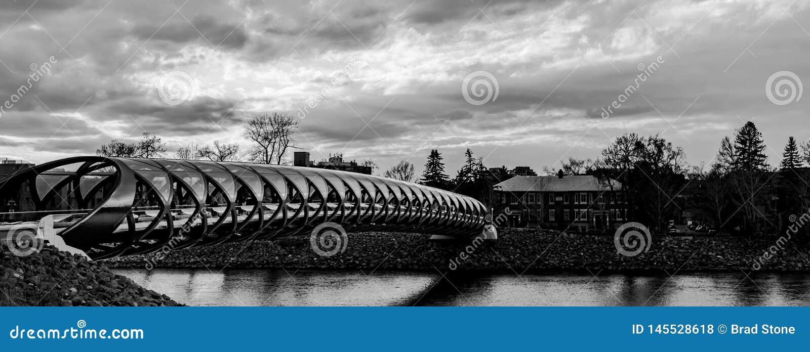 Puente Calgary de la paz