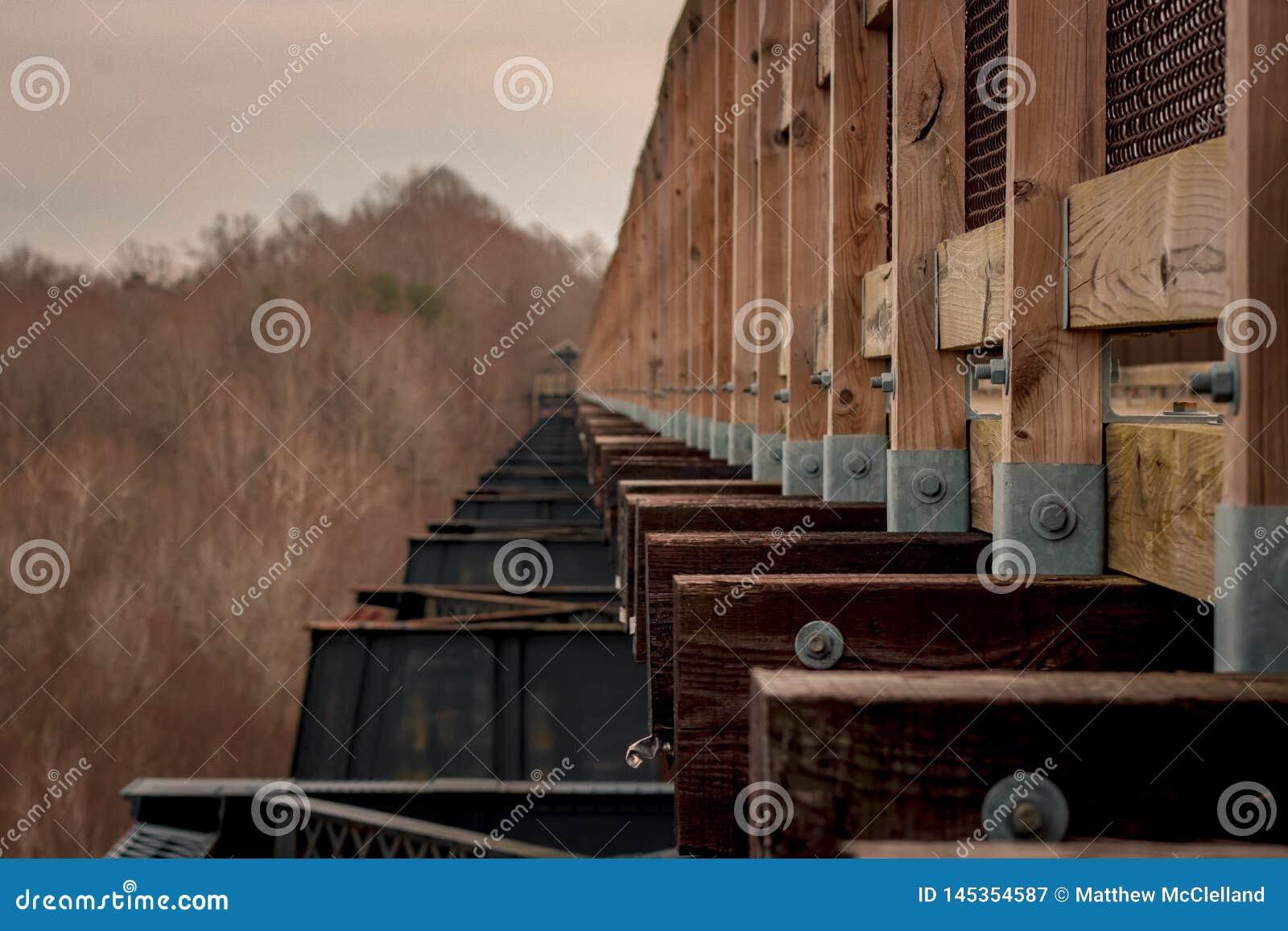 Puente convertido del siglo XIX del tren