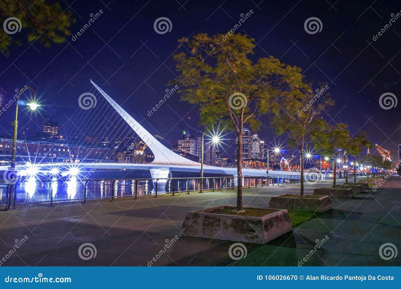 Puente de Ла mujer в Puerto Madero, Буэносе-Айрес, Аргентине