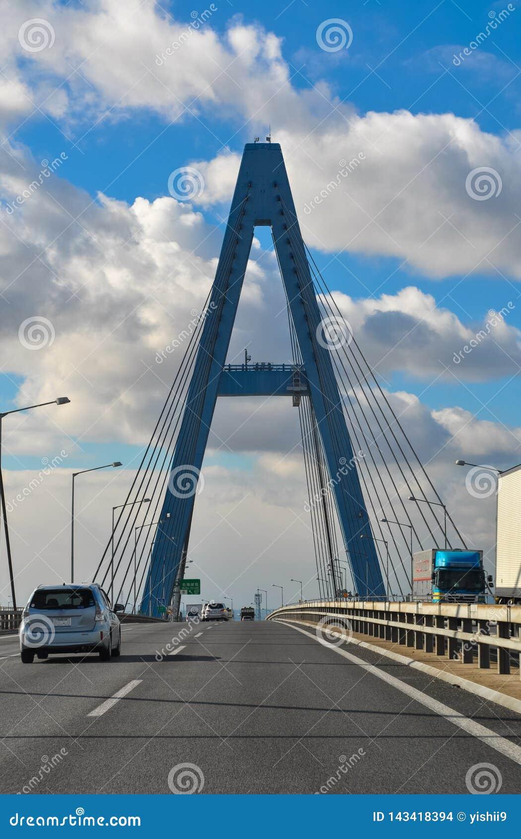 Puente de acero en una carretera que parecer A capital