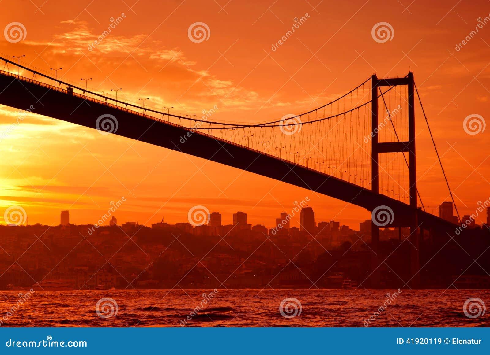 Puente de Bosphorus en Estambul en la puesta del sol