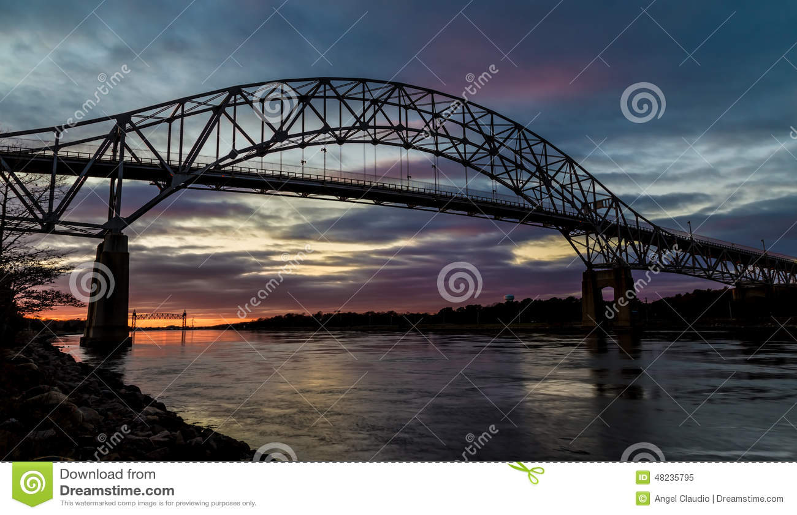 Puente de Bourne en Cape Cod en la puesta del sol