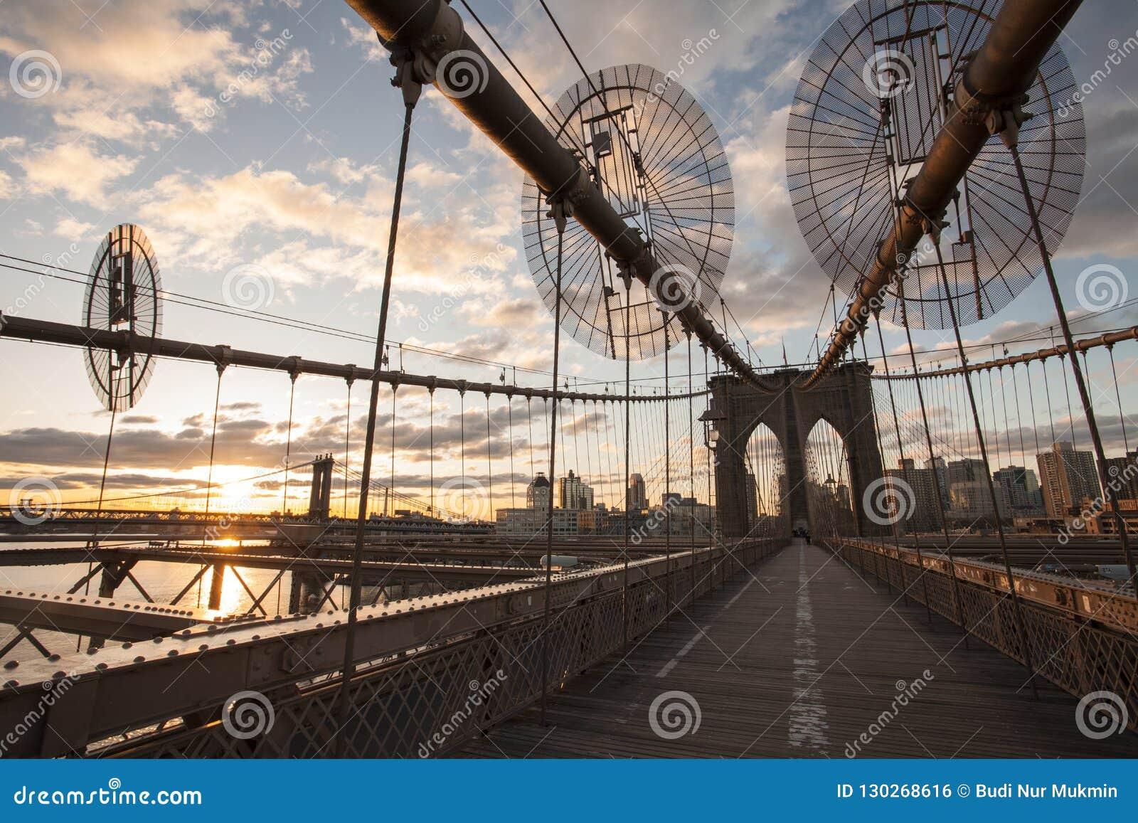 Puente de Brooklyn en el tiempo de la salida del sol