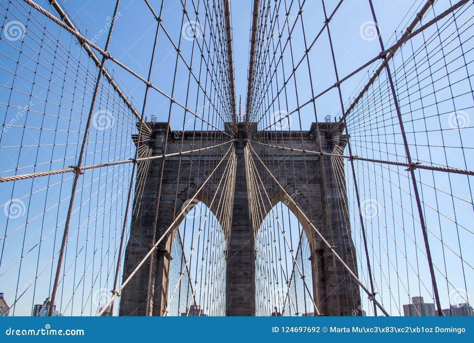 Puente de Brooklyn en New York City con el cielo azul