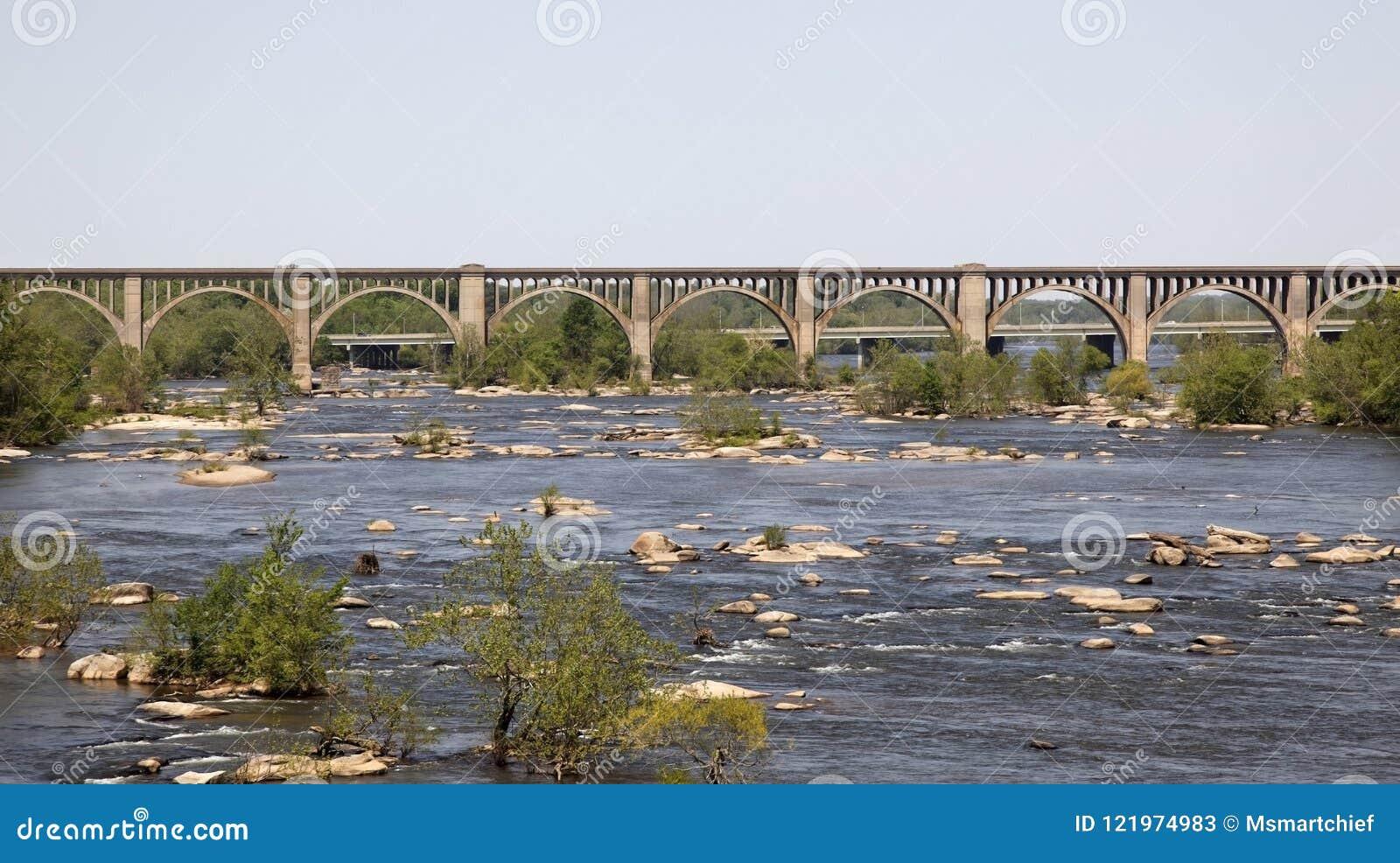 Puente de caballete de acero sobre el río