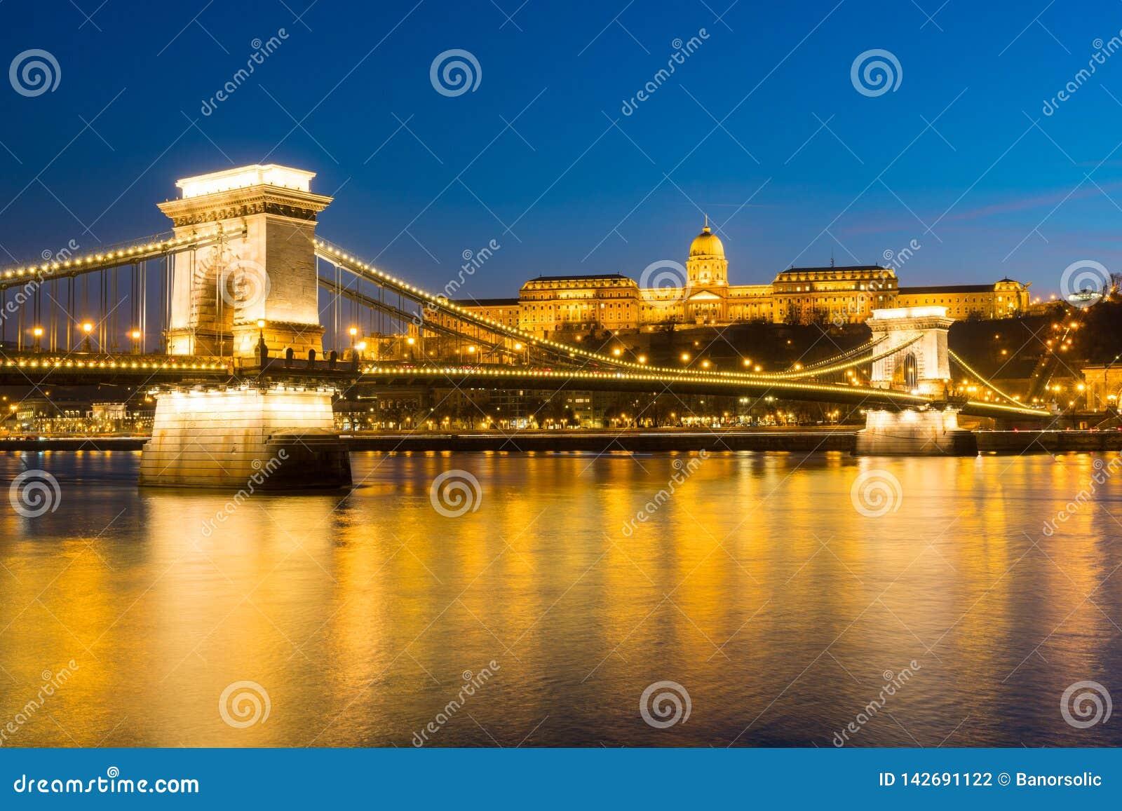 Puente de cadena sobre el río Danubio en la puesta del sol en Budapest, Hungría