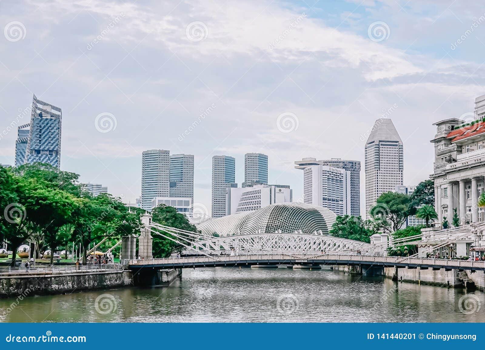 Puente de Cavenagh que atraviesa los alcances más bajos del río de Singapur en el área central del Singapur el 22 de noviembre de
