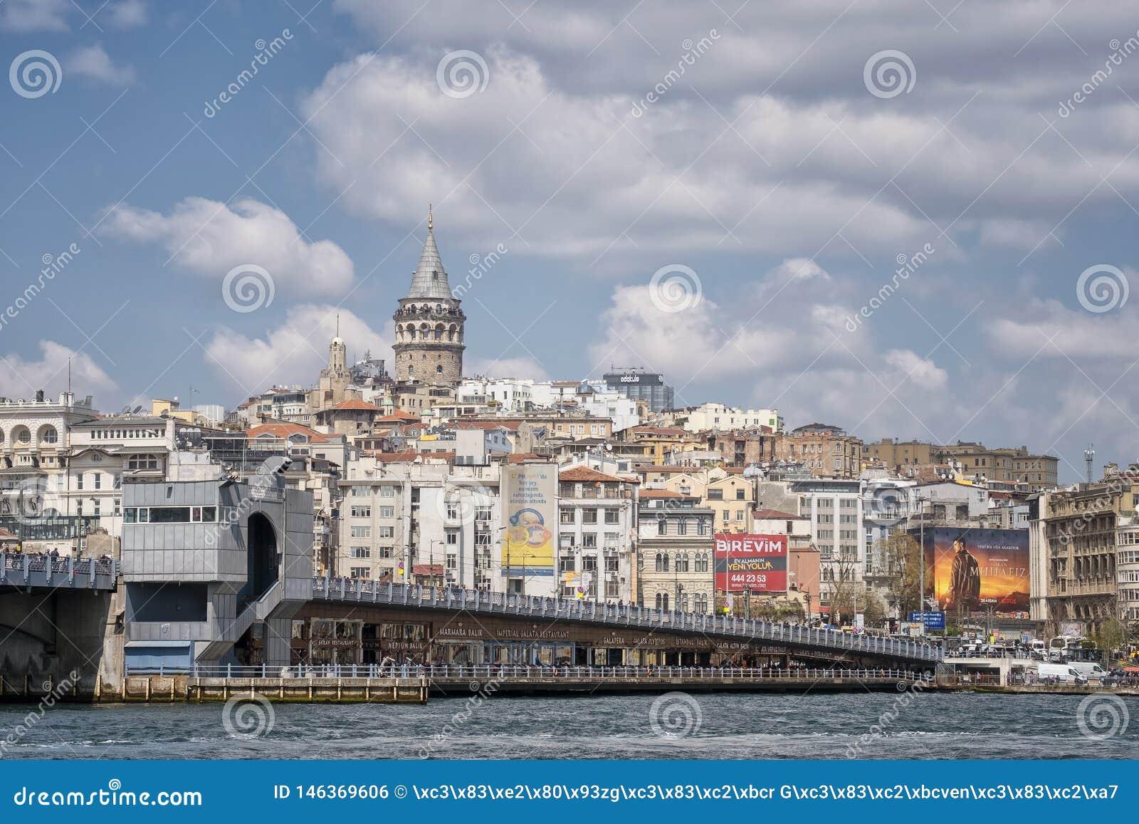 Puente de Galata y costa costa de Karakoy, Estambul, Turquía