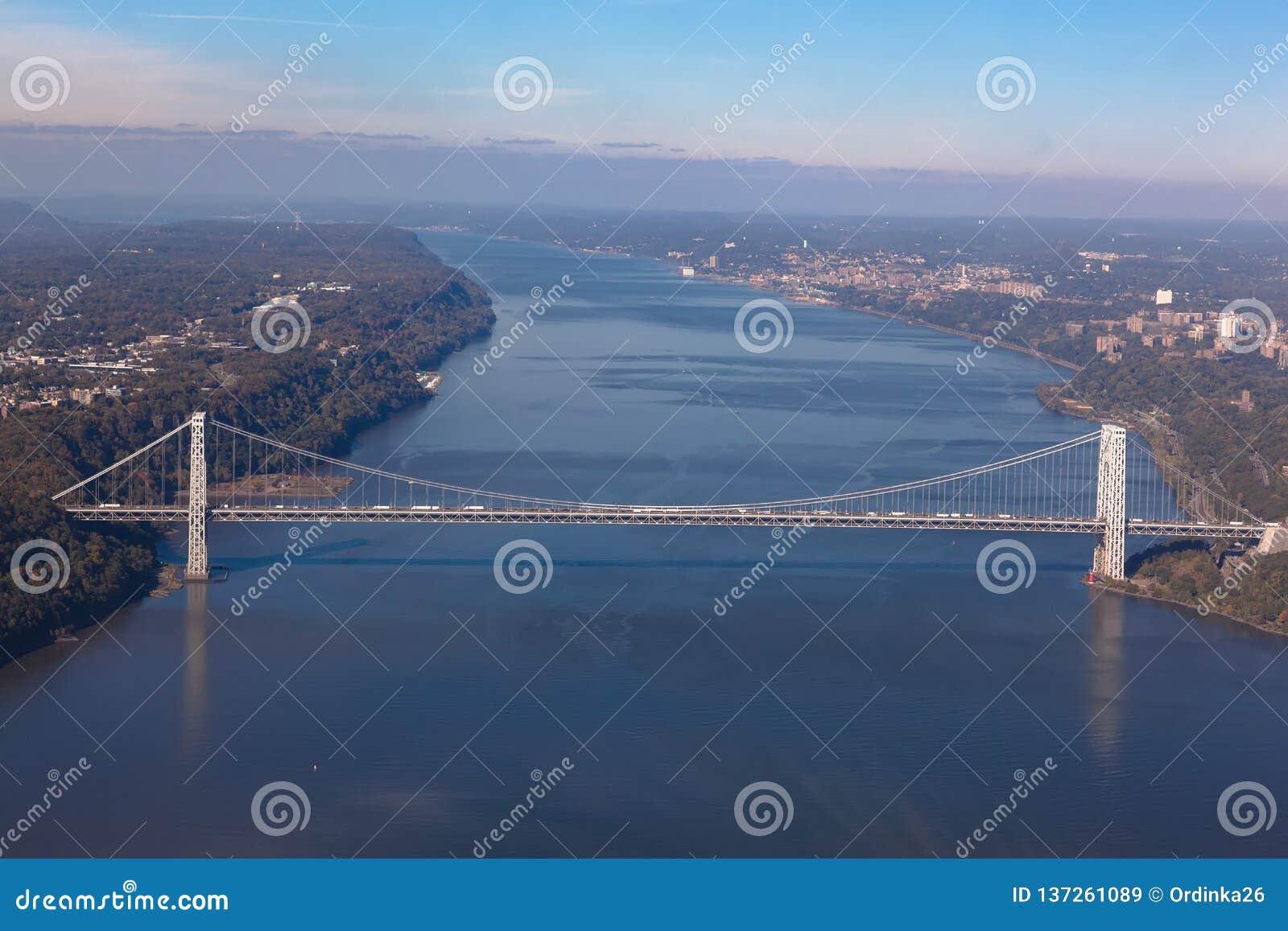Puente de George Washington en Nueva York en los E.E.U.U. Opinión aérea del helicóptero Visión general
