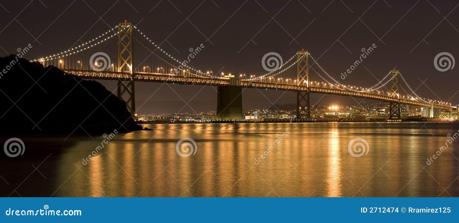 Puente de la bahía en la noche