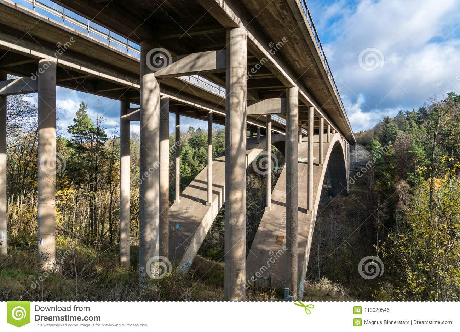 Puente de la carretera que pasa un barranco