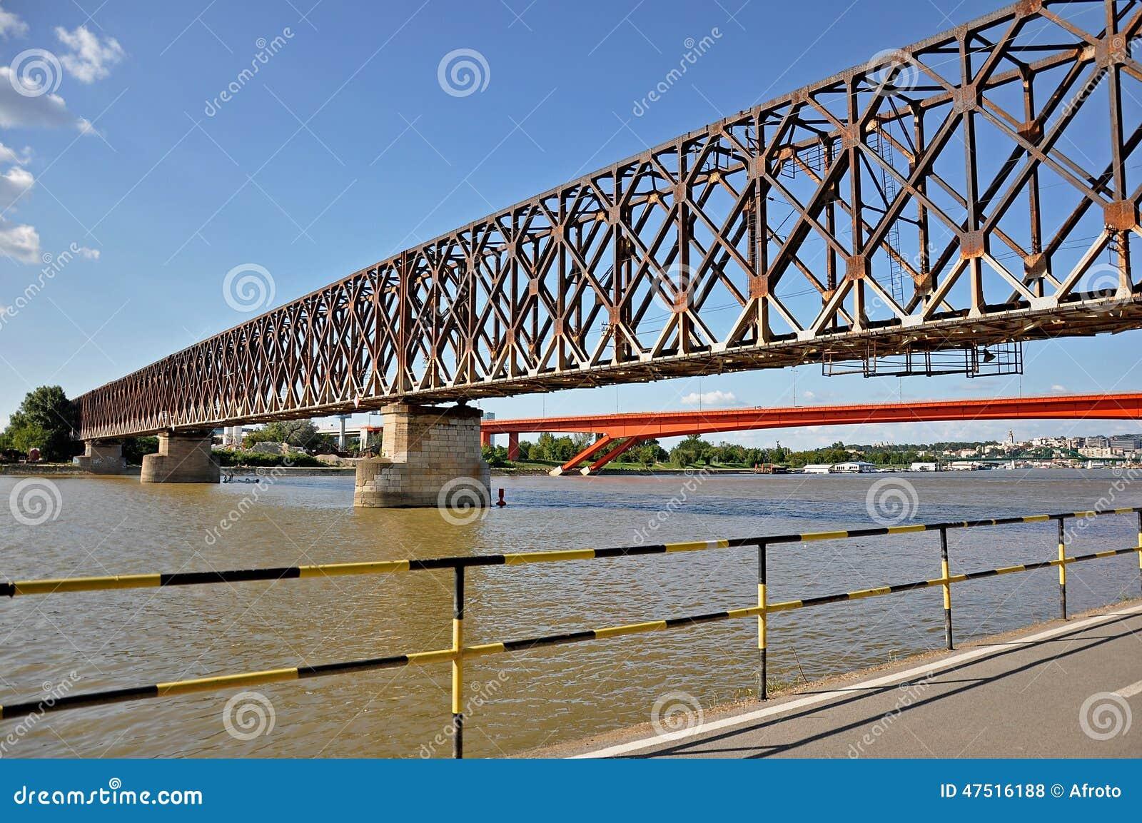 Puente de la ciudad con un paseo marítimo