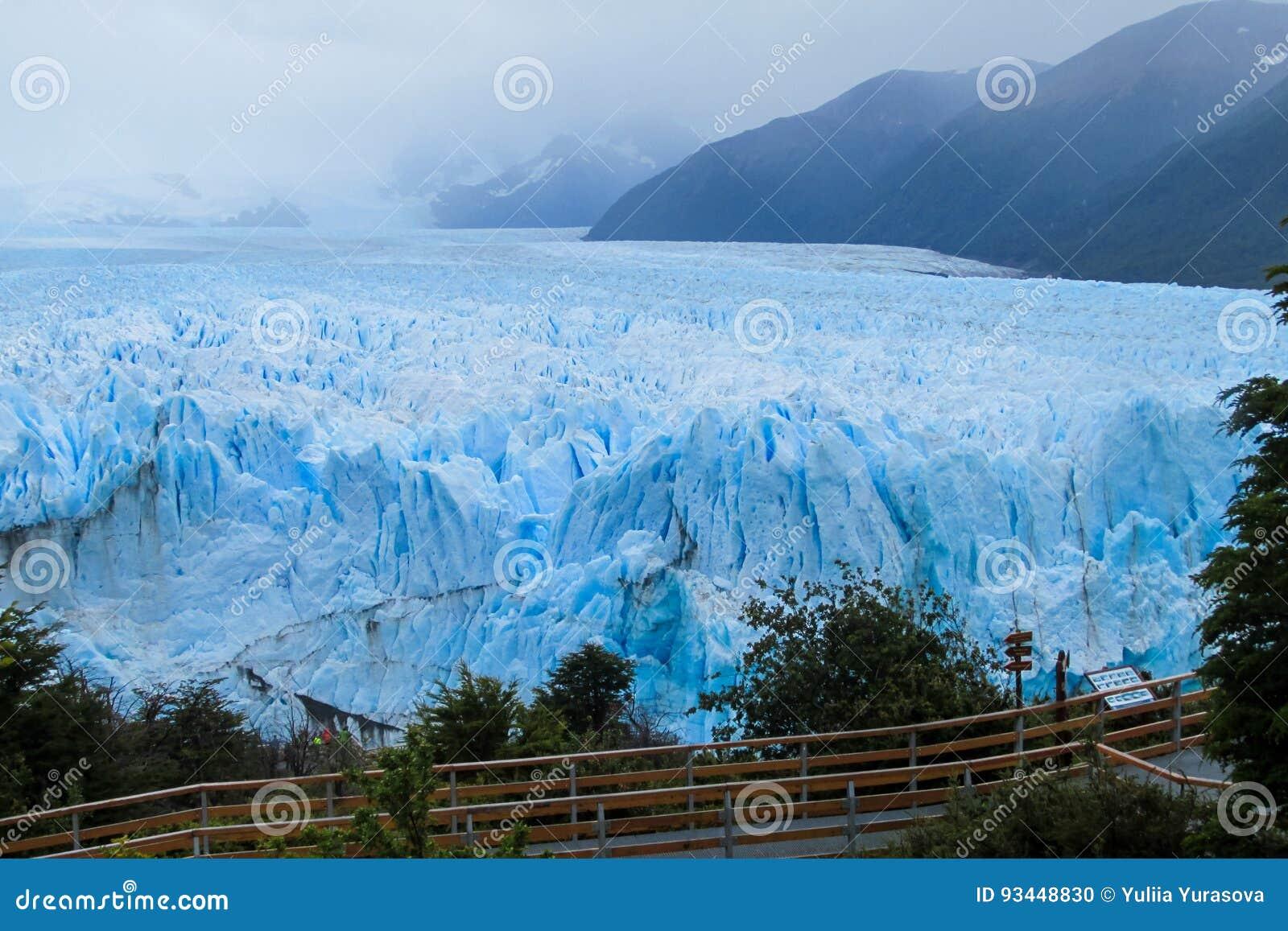 Puente de la excursión en el glaciar Perito Moreno en la Patagonia, la Argentina