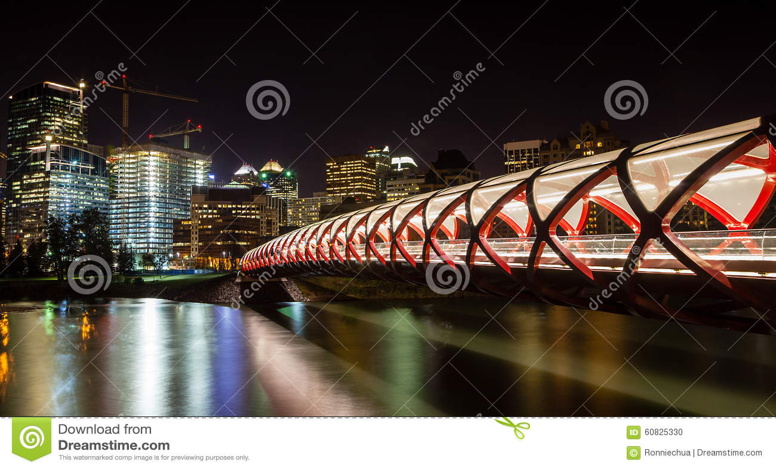 Puente de la paz de Calgary sobre el río del arco