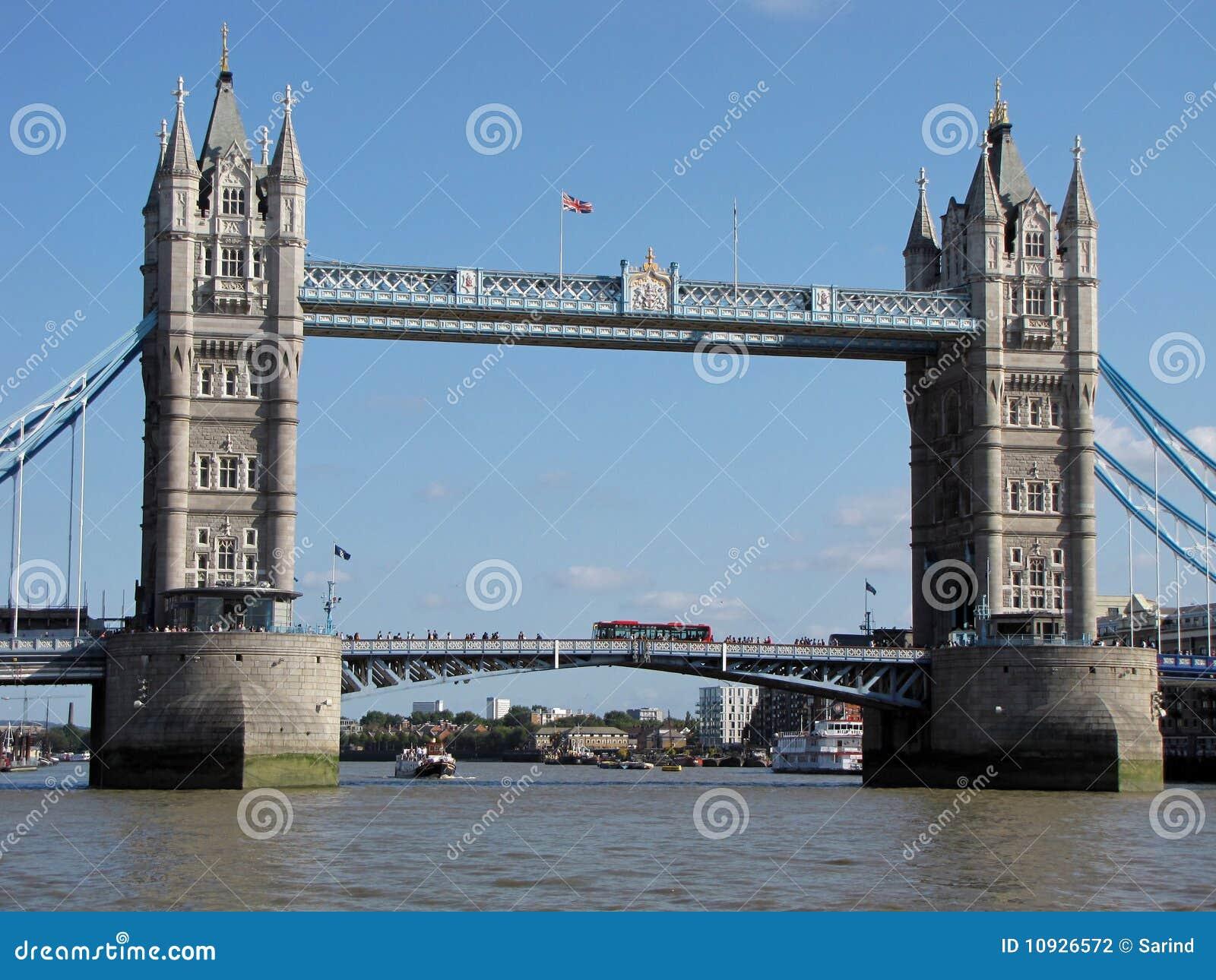 Puente de la torre con tráfico ocupado en y bajo él