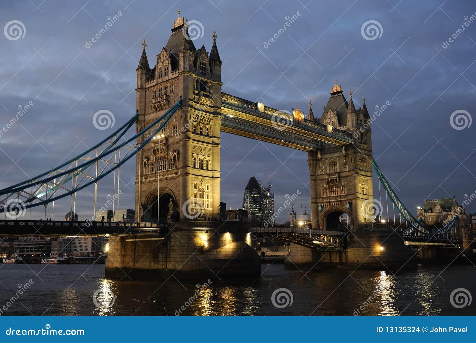 Puente de la torre, Londres, Inglaterra, Reino Unido, Europa, en la oscuridad
