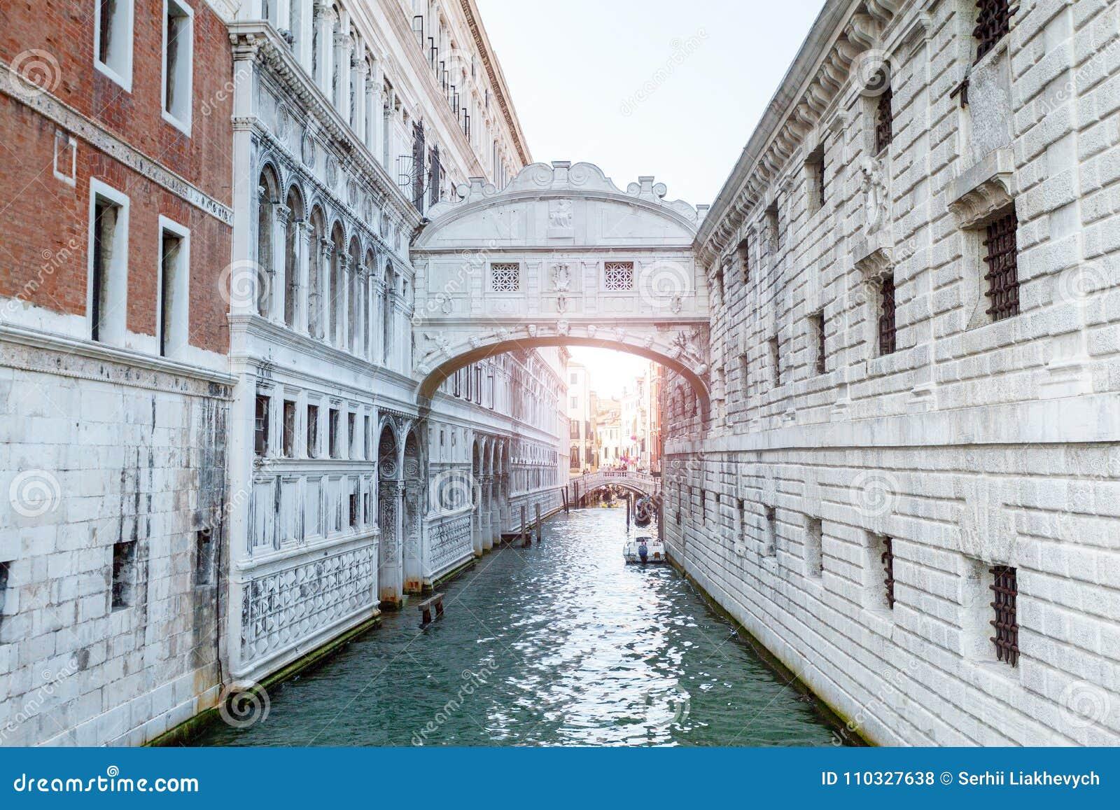 Puente De Los Suspiros Venecia Italia Foto De Archivo Imagen De Barco Turista 110327638