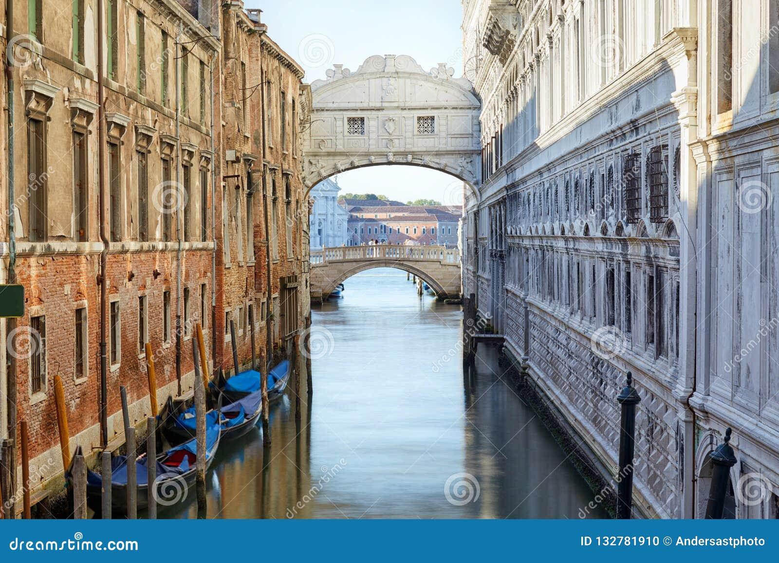 Puente De Los Suspiros Y Del Canal Por La Mañana Venecia Italia Foto De Archivo Imagen De Italia Canal 132781910