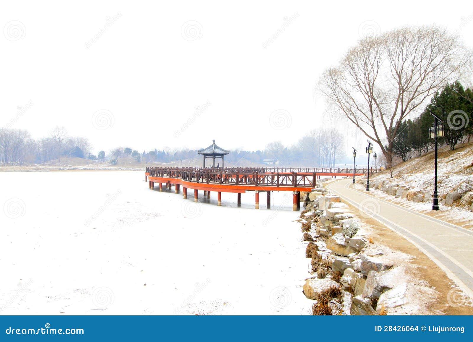 Puente de madera chino del estilo tradicional en la nieve