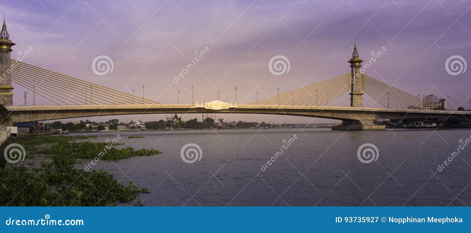 Puente de Maha Chesadabodindranusorn Bridge Suspension a través del río Chao Phraya en Tailandia