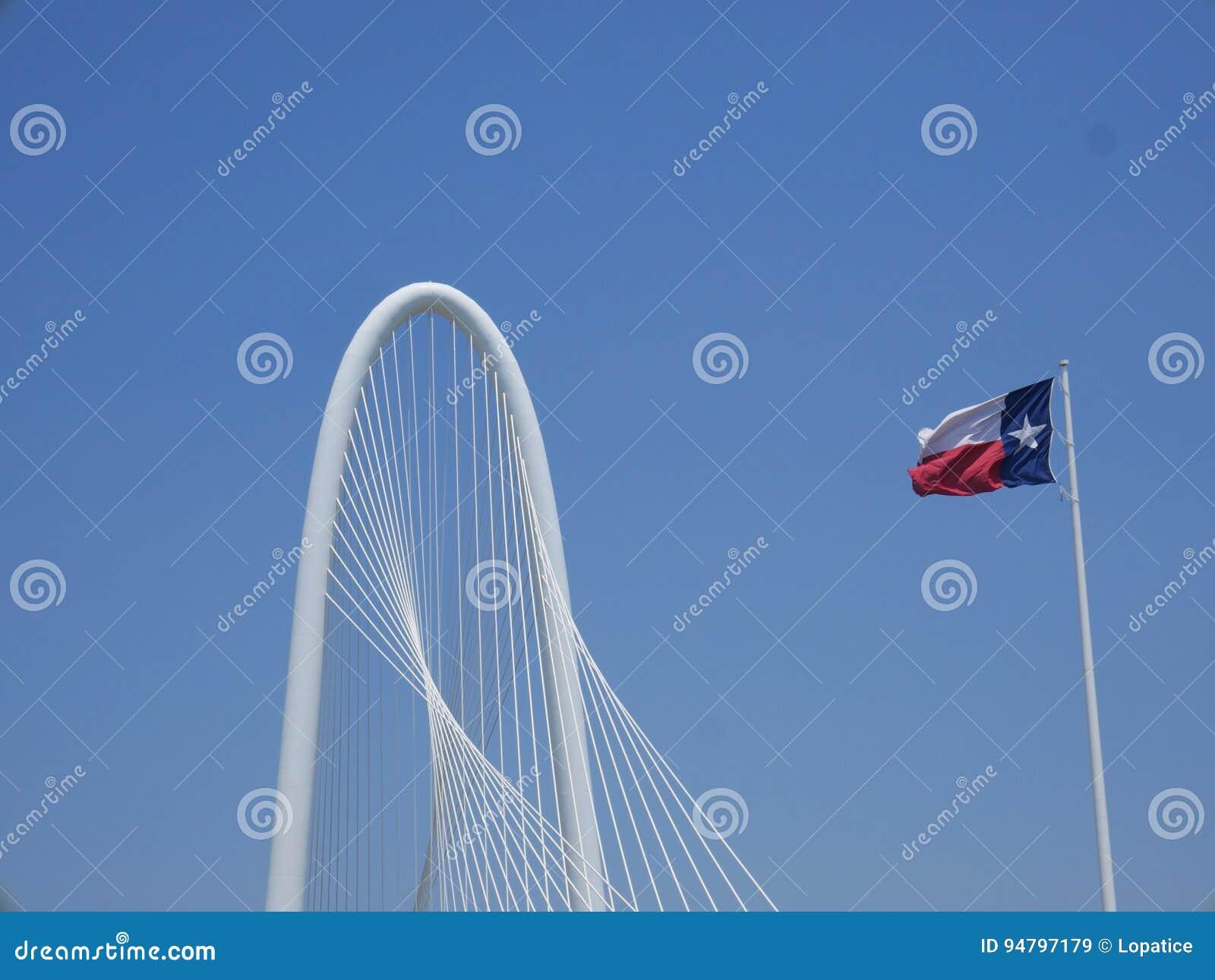 Puente de Margaret Hunt Hill y bandera de Tejas