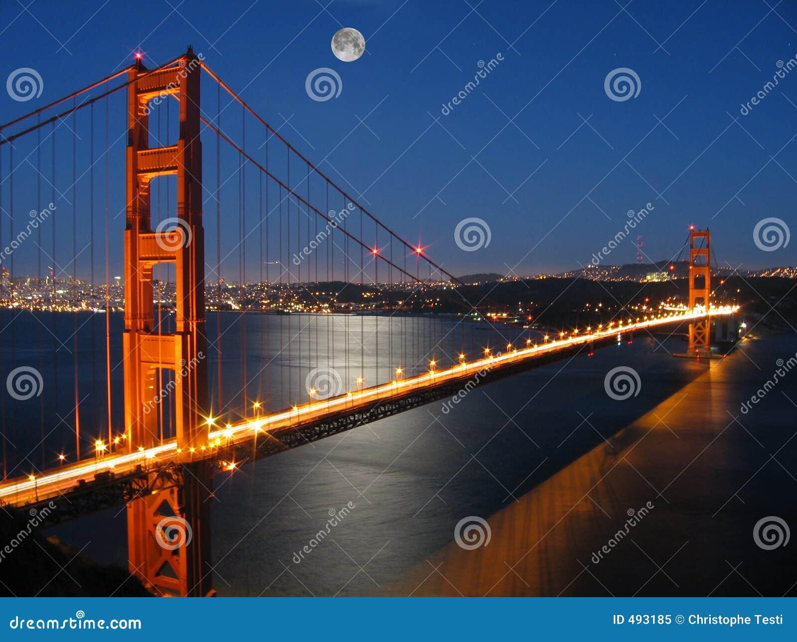 Puente de puerta de oro con la luz de luna