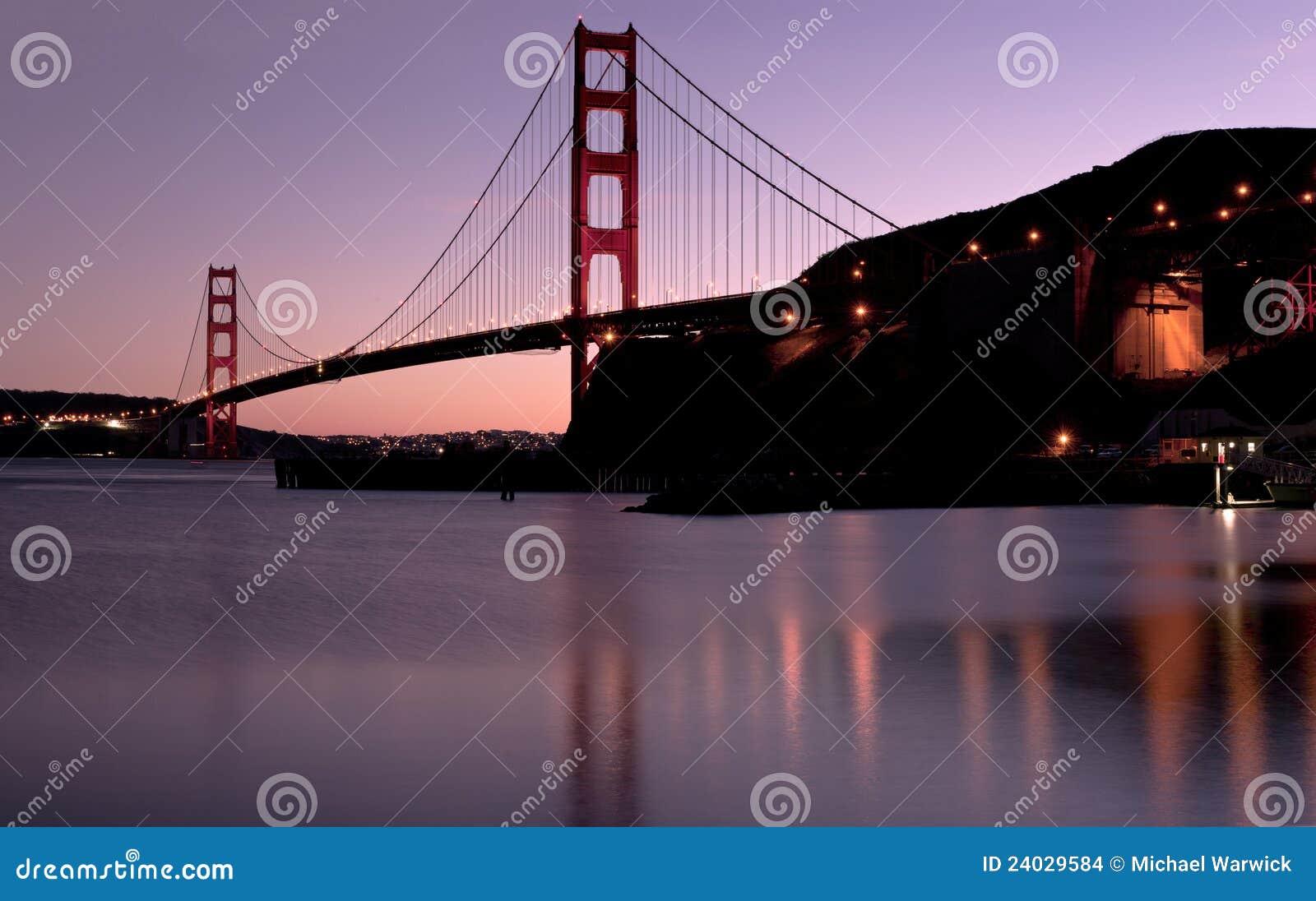 Puente de puerta de oro en la puesta del sol