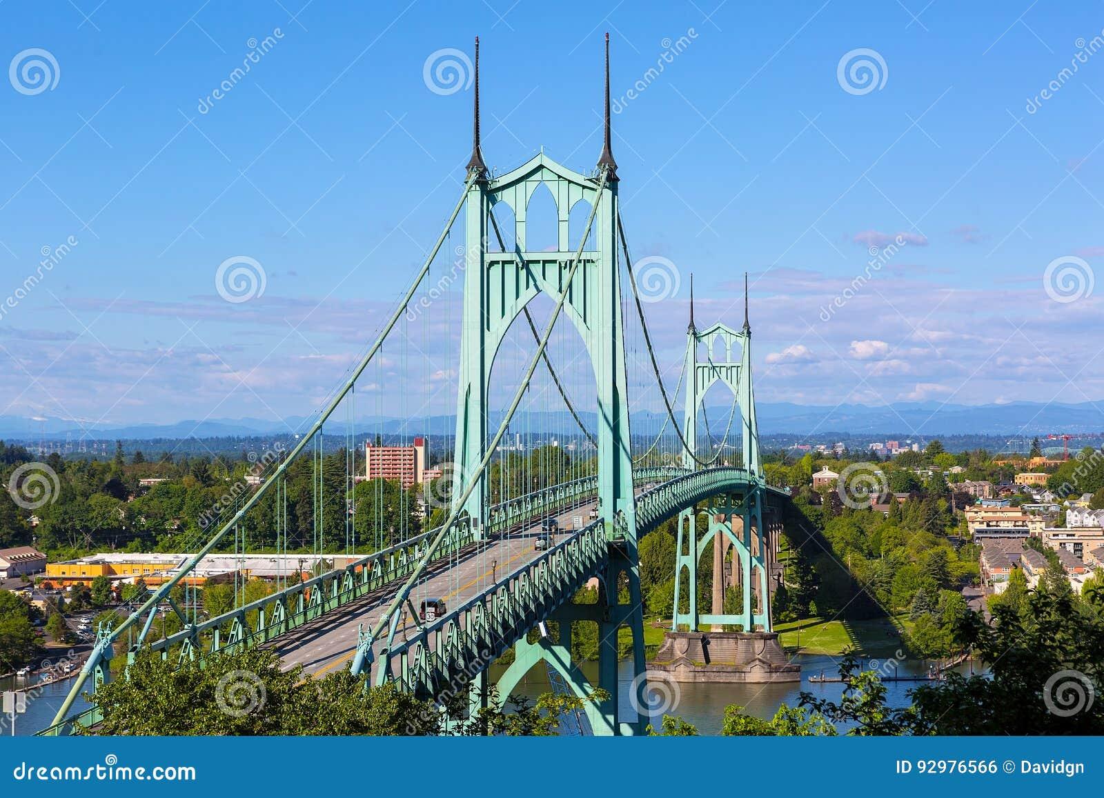 Puente de St Johns sobre el río de Willamette en Portland Oregon