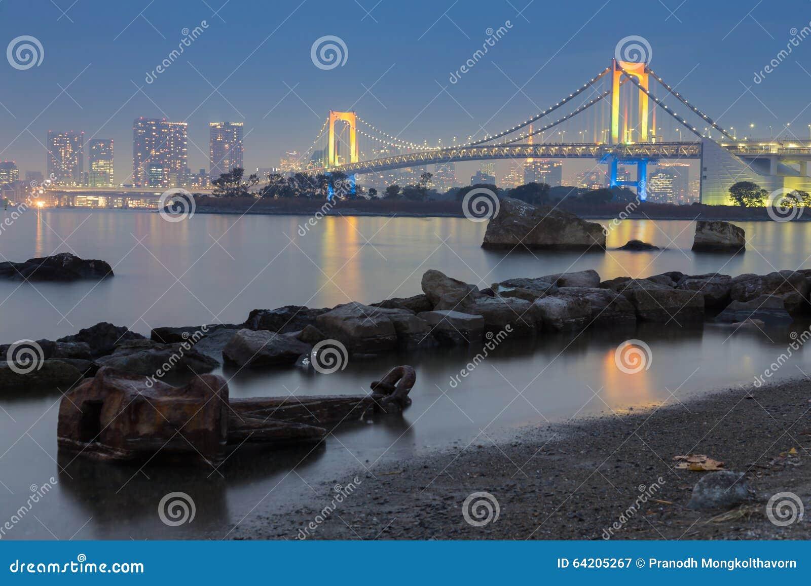Puente del arco iris en la noche