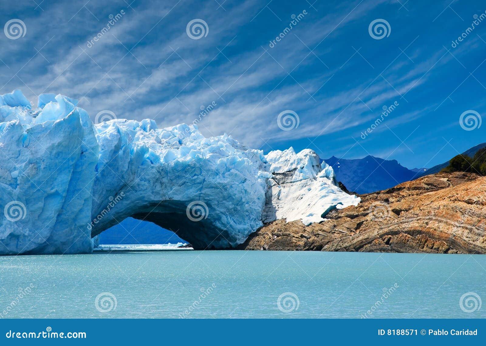 Puente del hielo en el glaciar de Perito Moreno.