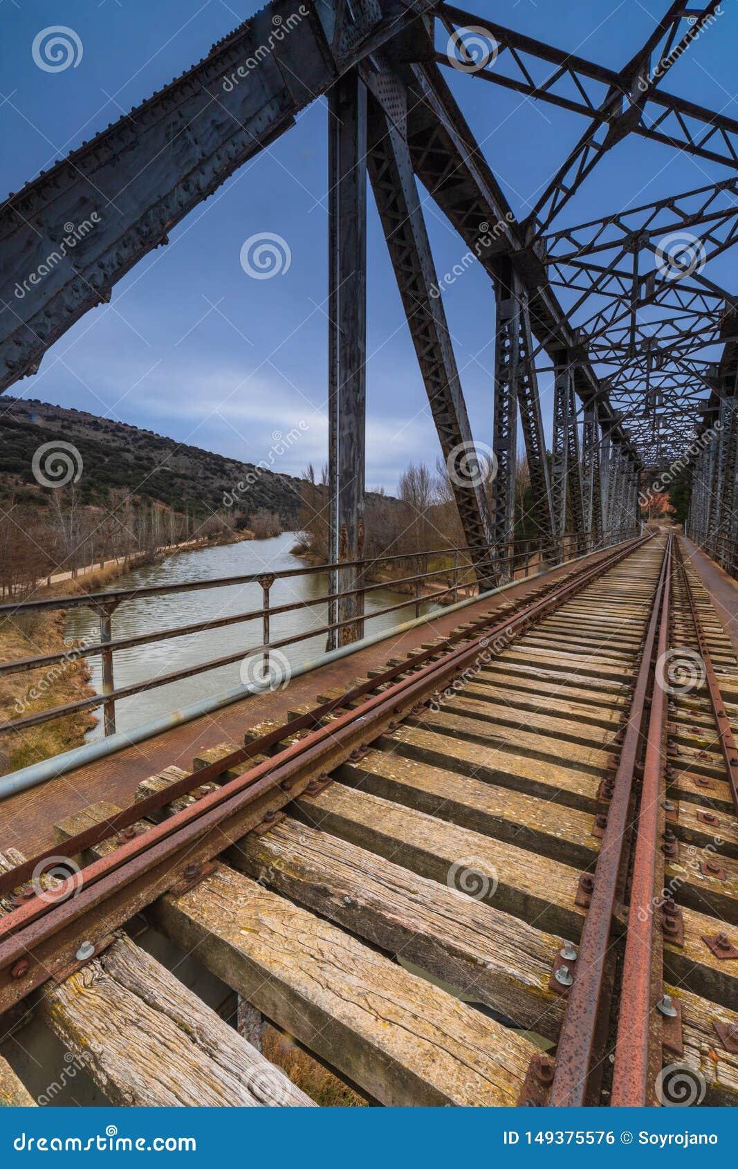 Puente del hierro sobre el r?o