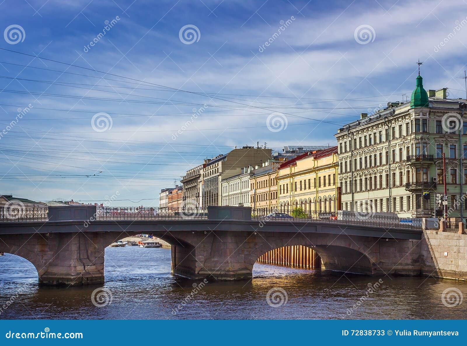 Puente del río de Fontanka en St Petersburg,