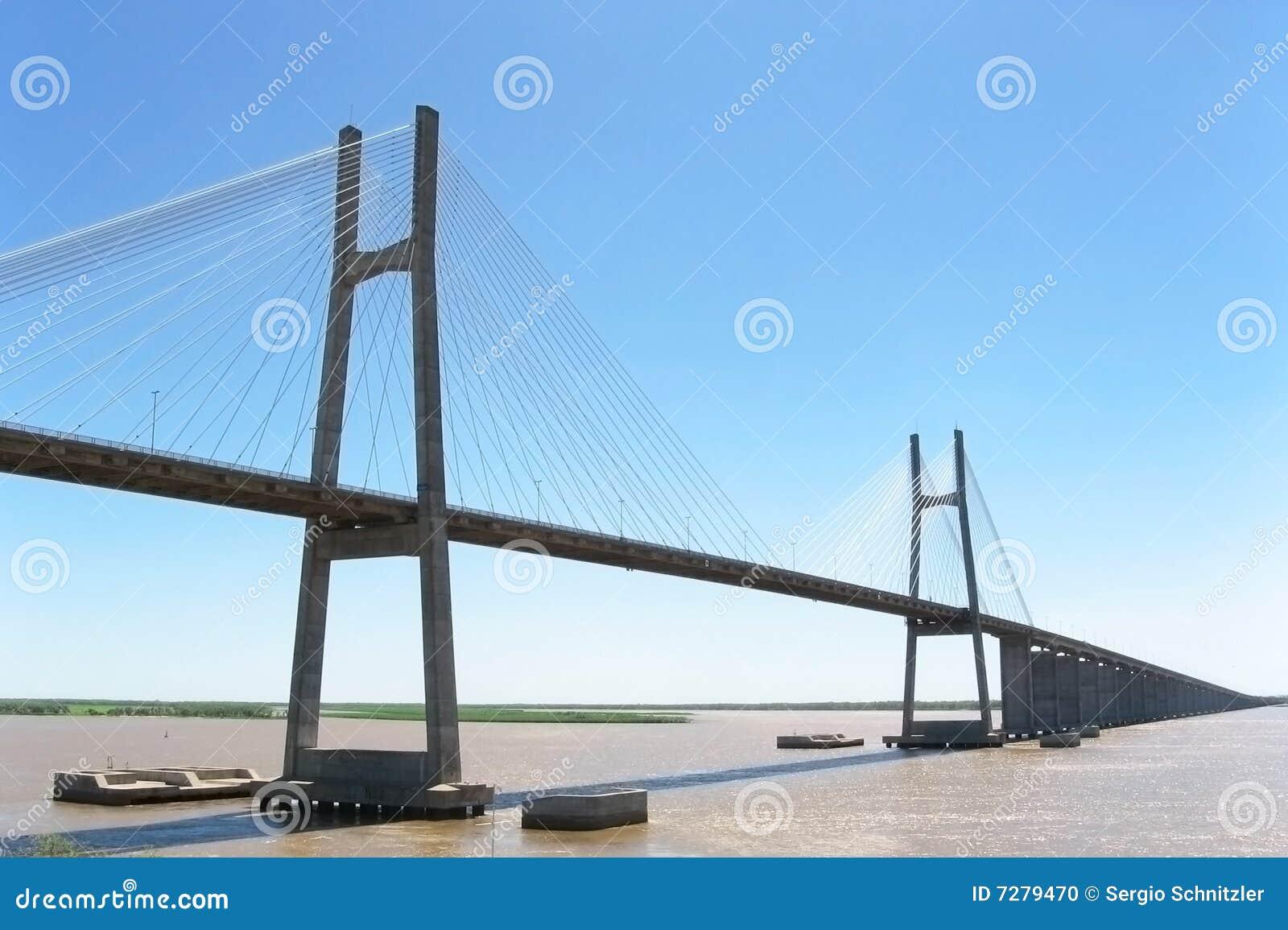 Puente en el río de Paraná