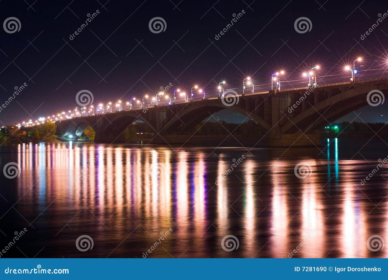 Puente en la noche.